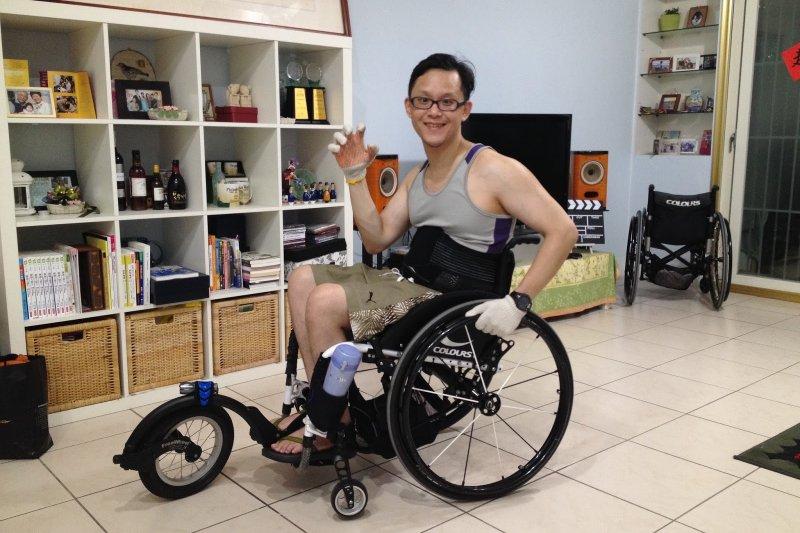精神科醫師許超彥在意外發生後仍不氣餒,更透過自己的經驗研發出機械腿,造福更多人。(圖/取自部落格鋼鐵人醫生)