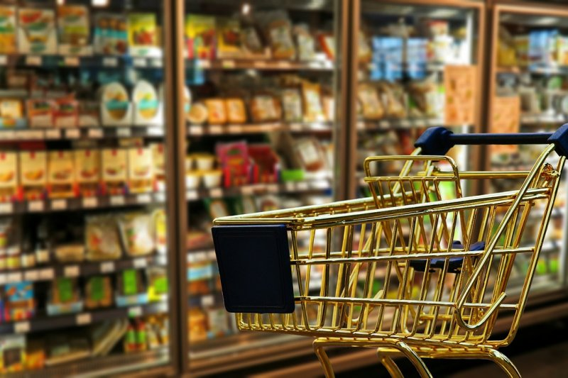 消基會日前於新北市零售通路,購買果汁及益生菌食品等20件樣品,檢測當中塑化劑含量。圖為示意圖,非該超市。(資料照,1取自Pixabay)