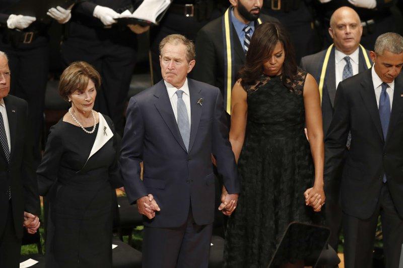 美國總統歐巴馬、第一夫人蜜雪兒、前總統小布希、前第一夫人蘿拉、副總統拜登(由右至左),聯袂出席達拉斯的殉職警員追悼會。(美聯社)
