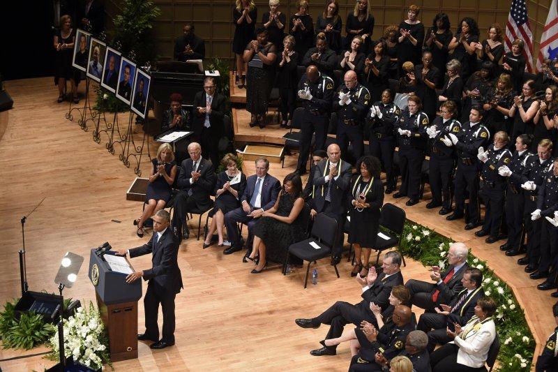 歐巴馬在達拉斯的殉職警員追悼會致詞。(美聯社)