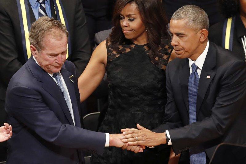 歐巴馬與小布希在達拉斯的追悼會上握手致意。(美聯社)