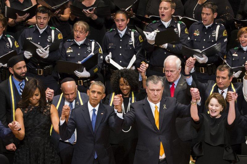 歐巴馬與達拉斯市長羅林斯(前右二)。(美聯社)