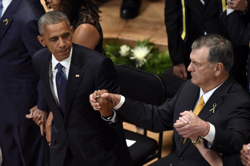 歐巴馬與達拉斯市長羅林斯。(美聯社)
