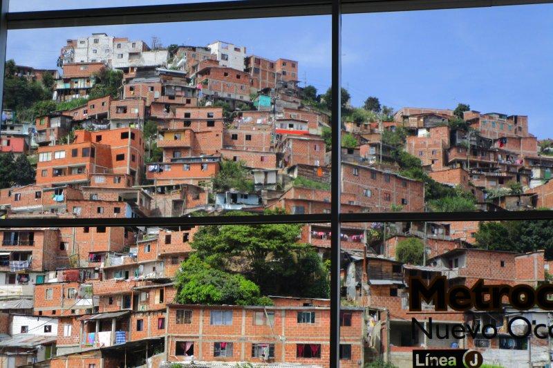 從纜車向外望去的哥倫比亞貧民窟。(世界公民島雜誌提供)