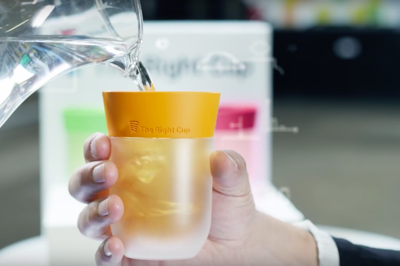 一個簡單的塑膠水杯能讓你喝到多種果汁和飲品?!(圖/數位科技)