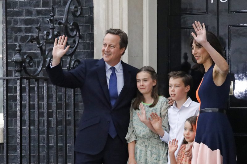 英國卸任首相卡麥隆全家在唐寧街10號門前合影。(美聯社)