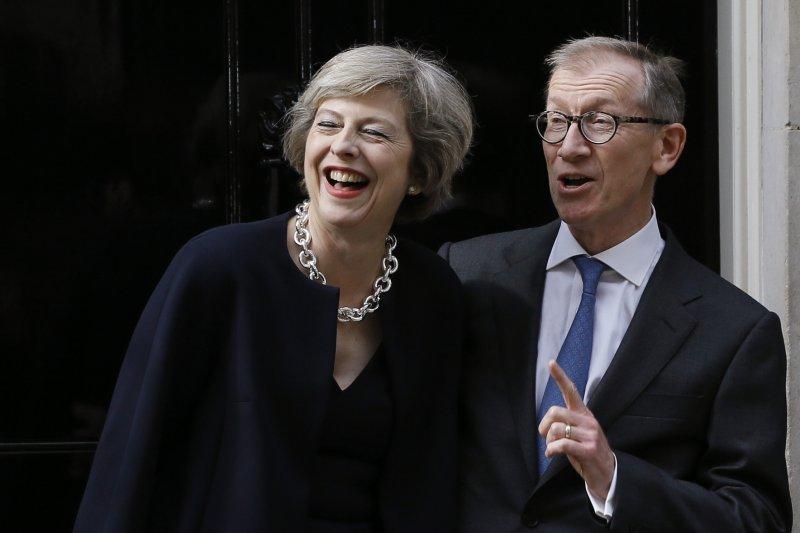 英國新任首相梅伊(Theresa May)與夫婿菲利普(Philip May)13日入主唐寧街10號官邸(美聯社)