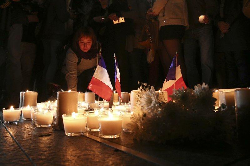 法國尼斯卡車恐怖攻擊,民眾點蠟燭悼念(美聯社)