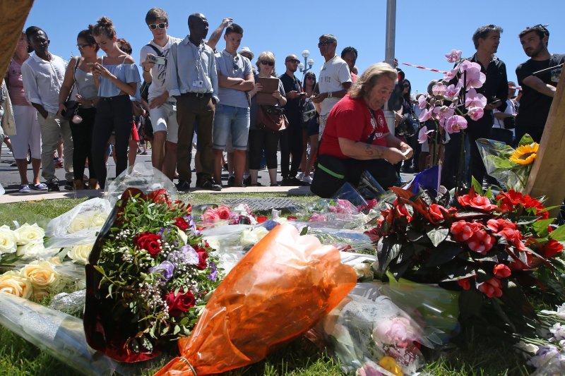 法國尼斯卡車恐怖攻擊,民眾送上鮮花、玩偶悼念(美聯社)
