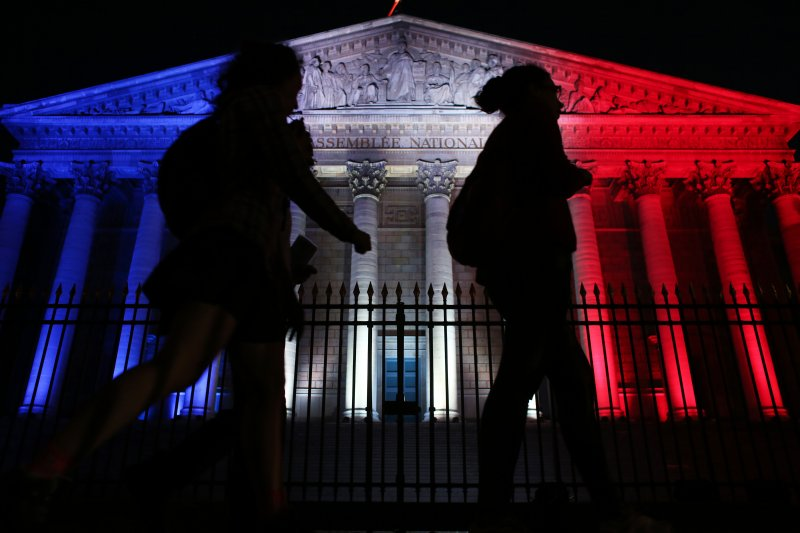 巴黎的國民議會15日投上藍白紅三色,悼念尼斯恐攻遇害民眾。(美聯社)法國國慶日恐攻