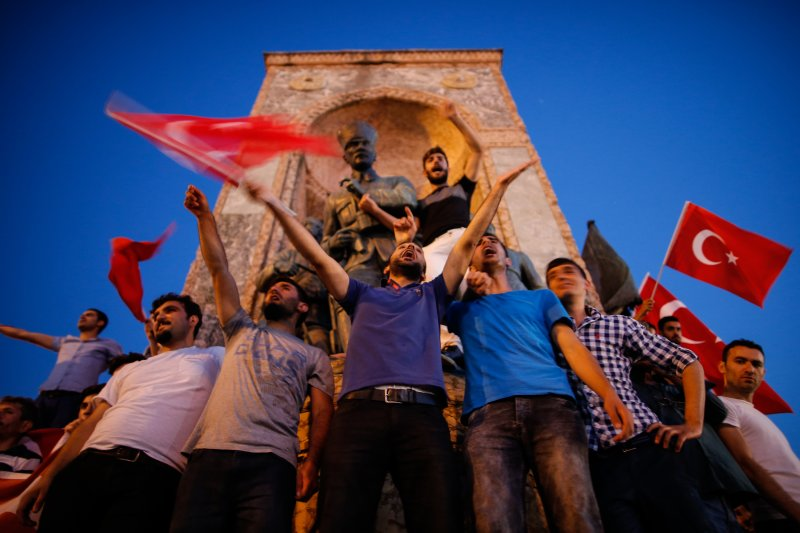 土耳其政變失敗收場,民眾揮舞國旗慶祝。