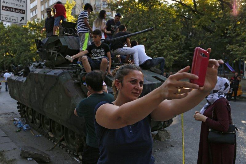 土耳其軍方政變時,民眾利用直播功能,傳送最新現場消息。(美聯社)