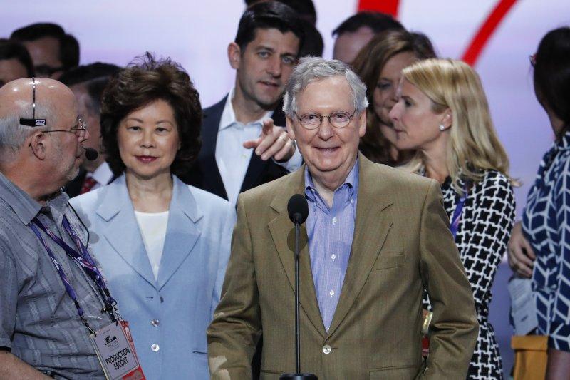 美國共和黨全國大會(RNC)18日在克利夫蘭揭幕,聯邦參議院多數黨領袖利康奈爾與妻子趙小蘭(美聯社)