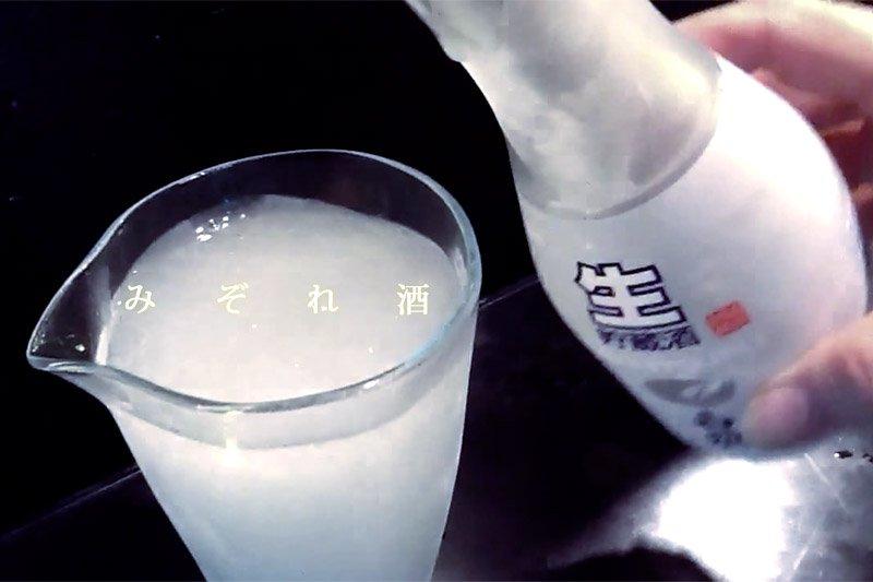 冰透的日本酒倒入杯中瞬間變冰沙,風雅又好玩。(圖/tikuyouiori@Youtube)