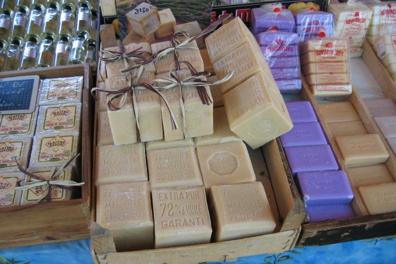 很多有點年紀的法國人,童年回憶裡的床單都是豔陽混 合著馬賽皂的簡潔氣味。一塊正立方體的經典馬賽皂, 蘊藏了超過3世紀的傳統。 (圖/wikipedia)