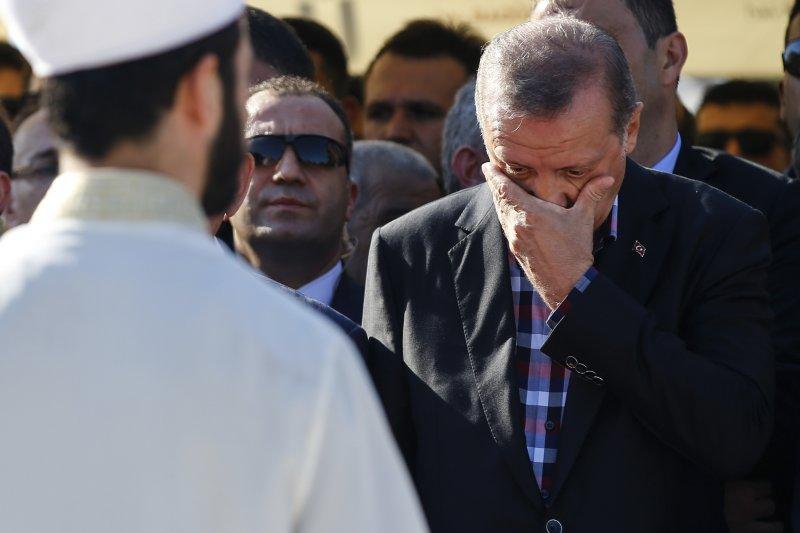 土耳其總統艾爾多安弔唁罹難民眾,表示將考慮重啟死刑。(美聯社)