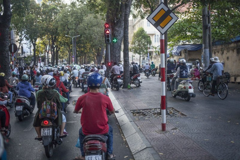 越南的機車騎士佔滿人行道。(圖取自網路)