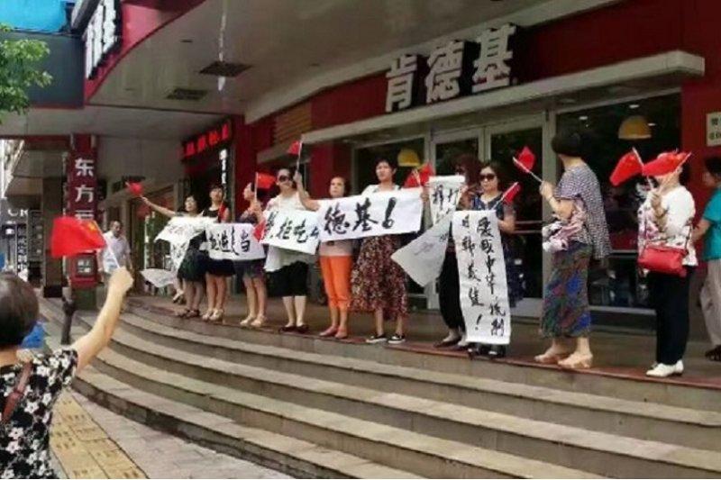 不滿南海仲裁,中國大陸多處發生肯德雞圍堵事件。(取自網路)