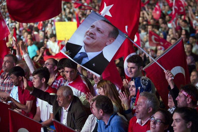 支持艾爾多安的民眾19日在伊斯坦堡的塔克西姆廣場(Taksim Meydanı)示威,還有人拿著艾爾多安相片揮舞。(美聯社)