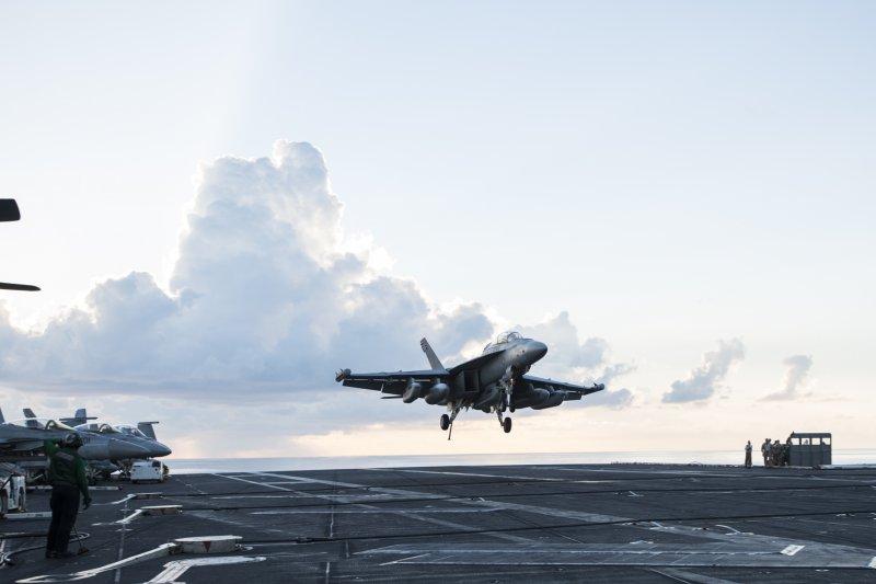 EA-18咆哮者(Glower)電子作戰機7月16日降落於在南海巡航的美國雷根號航空母艦。(美國海軍官網)