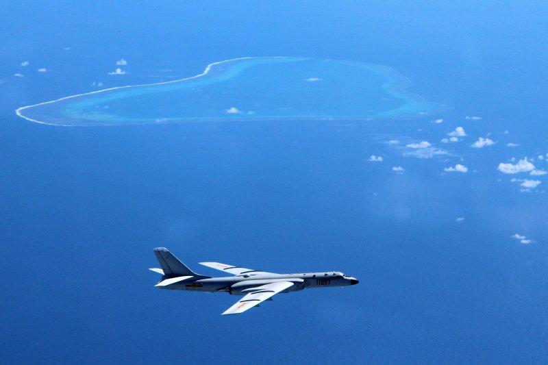 由新華社公佈,中國空軍的轟炸機「轟-6K」近日在南海島礁上空巡弋的照片。(美聯社)