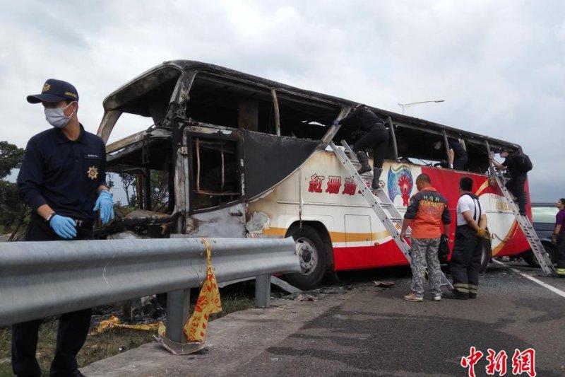 國道2號桃園機場聯絡道19日中午發生陸客遊覽車火燒車意外,車上26人全數罹難,除司機、導遊之外,都是來自中國的觀光客。(中新網)