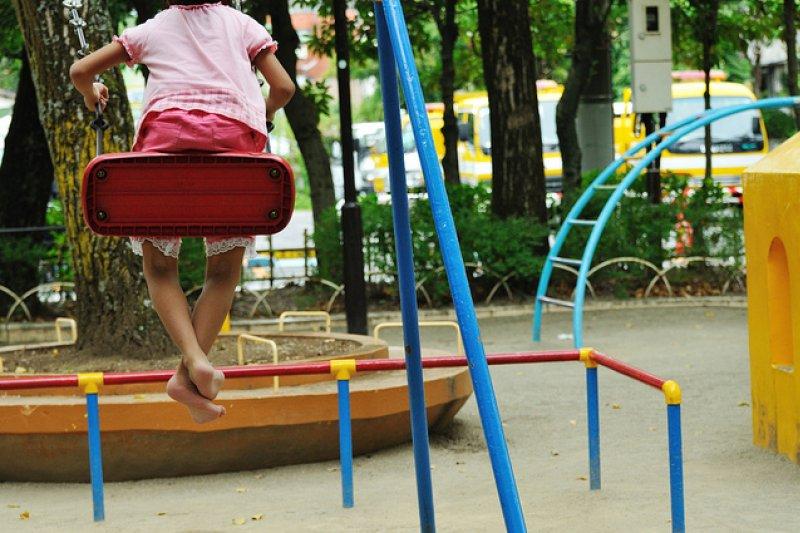 孩子也會感覺寂寞、想要被關心。(圖/ajari@flickr)