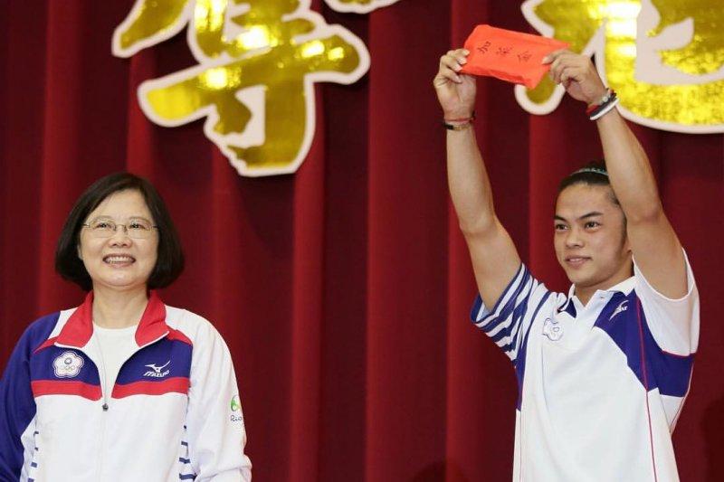 總統蔡英文21日特地南下為參加奧運的選手加油打氣,並且承諾將改善運動員環境。(取自蔡英文臉書)