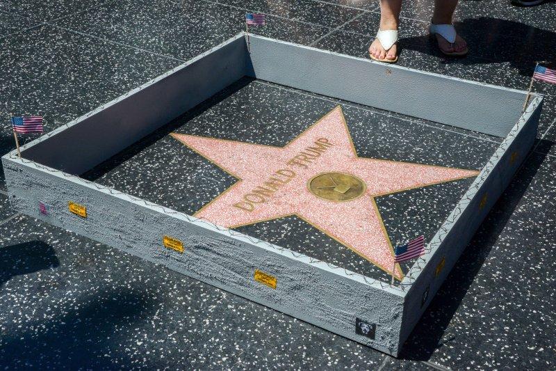 美國共和黨總統候選人川普主張在美墨邊界築牆阻擋移民,有藝術家響應,在好萊塢星光大道(Hollywood Walk of Fame)川普的星星四周築牆(美聯社)