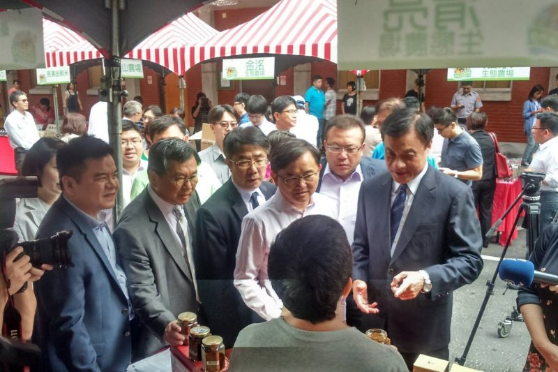 民進黨立委們正在參觀購買台東農產品。(取自劉櫂豪臉書)