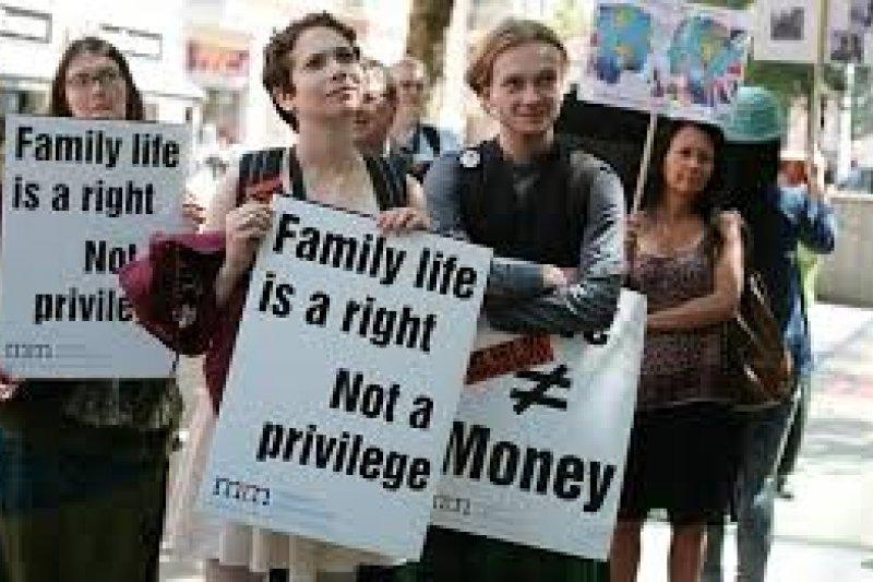 梅伊在2012年制定的《家庭移民法規》,至少導致15000對跨國夫妻被迫分離 ﹔幾年來的抗議不斷。(照片由 Migrant Rights Network 提供)