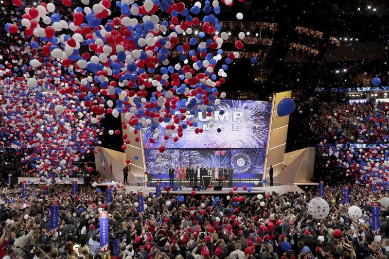 美國共和黨總統候選人川普(Donald Trump,中)發表接受提名演說後,現場飄下紅白藍氣球。(美聯社)