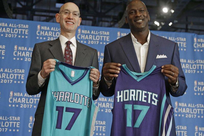 NBA總裁蕭華(Adam Silver)夏洛特黃蜂隊(Charlotte Hornets)老闆則喬丹(Michael Jordan)2015年6月宣布夏洛特主辦2017年明星賽(美聯社)