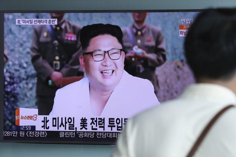 南韓民眾觀看北韓最高領導人金正恩的相關報導(美聯社)