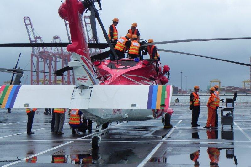 28日晚間南投縣消防局接獲一支9人登山報案聲稱隊員受傷且失溫,今派出直昇機執行救援。(取自內政部空勤總隊)