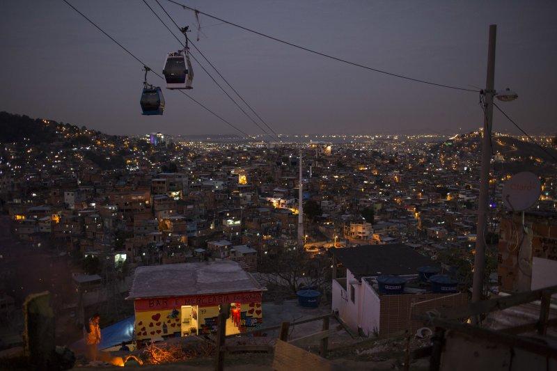 里約熱內盧(Rio de Janeiro)的貧民窟,纜車從繁華的市區穿越棚屋滿佈的山頭(美聯社)