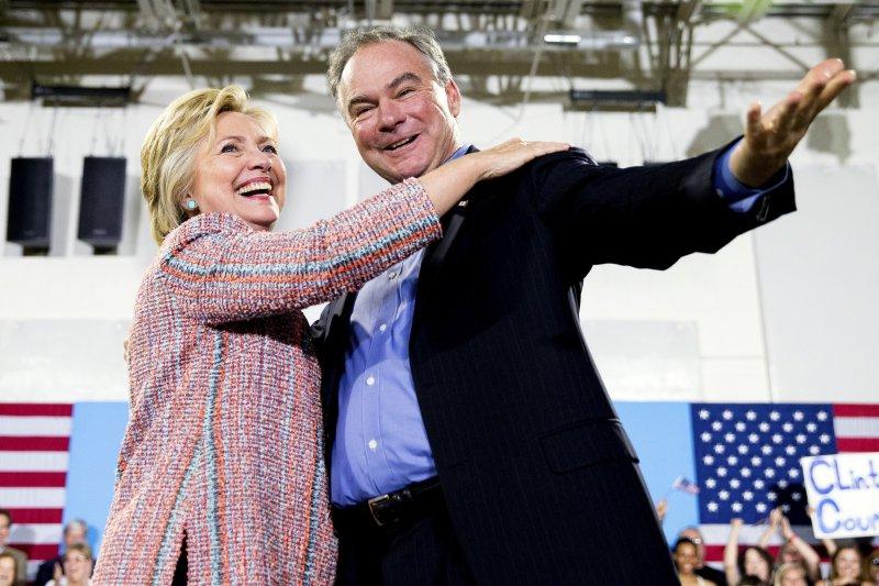 美國民主黨準總統候選人希拉蕊與副總統候選人凱因。(美聯社)