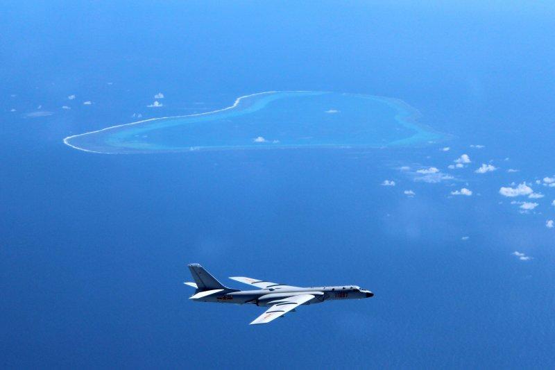 中國空軍轟-6K飛機在黃岩島等島礁附近空域巡航(新華社)