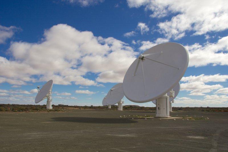 南非電波超級望遠鏡「MeerKAT」(Mike Peel@Wikipedia / CC BY-SA 4.0)