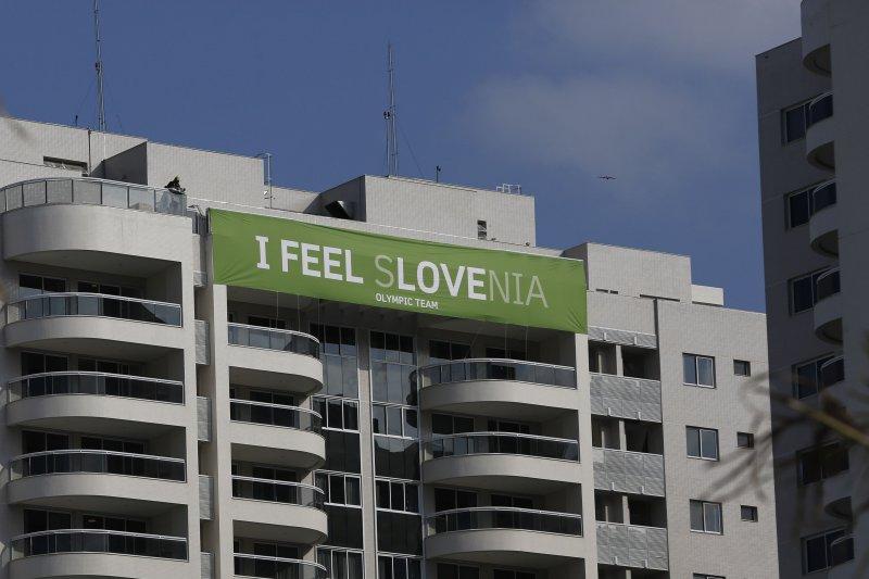 里約奧運,美侖美奐的選手村,斯洛維尼亞代表隊別出心裁,特別凸顯國名中的「LOVE」(美聯社)
