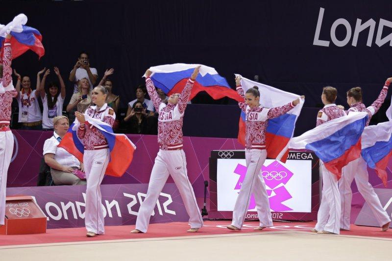 俄羅斯韻律體操隊在2012倫敦奧運中贏得金牌的歡欣時刻。(美聯社)