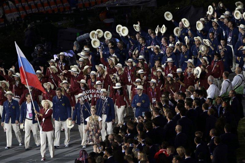 在倫敦奧運開幕式中,俄羅斯奧運代表隊由莎拉波娃擔任掌旗官,帶領隊友進場。(美聯社)