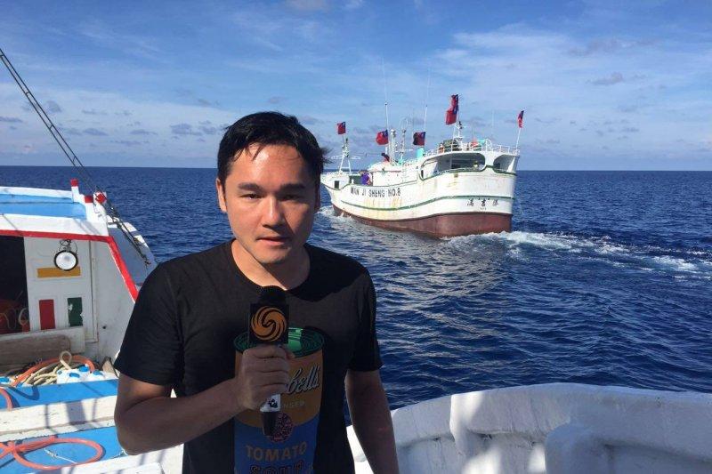20160725-中國鳳凰衛視記者隨台灣漁船前往太平島,引發爭議。(取自鳳凰衛視臉書)