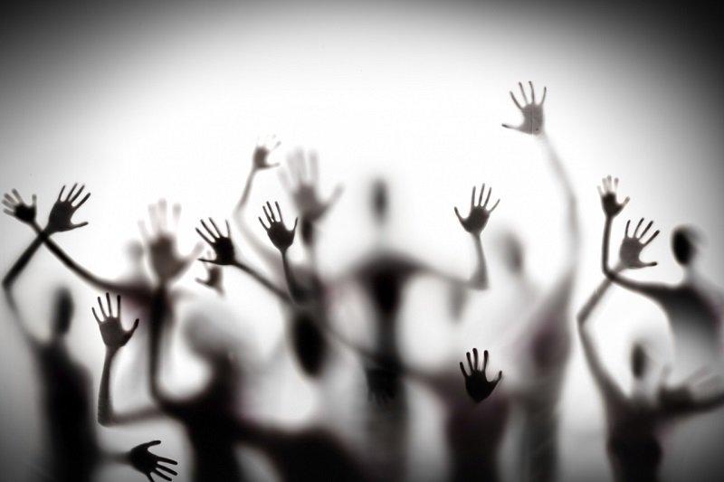 面對精神疾病的病人,作者呼籲社會多了解病人背後的辛酸,給他們多一點包容及關懷。(來源:iStock)