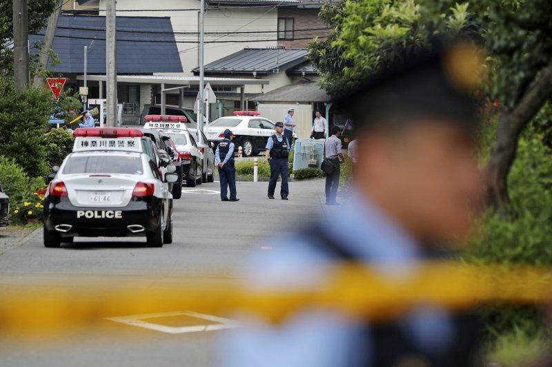 日本警方在「津久井山百合園」附近拉起封鎖線。(美聯社)