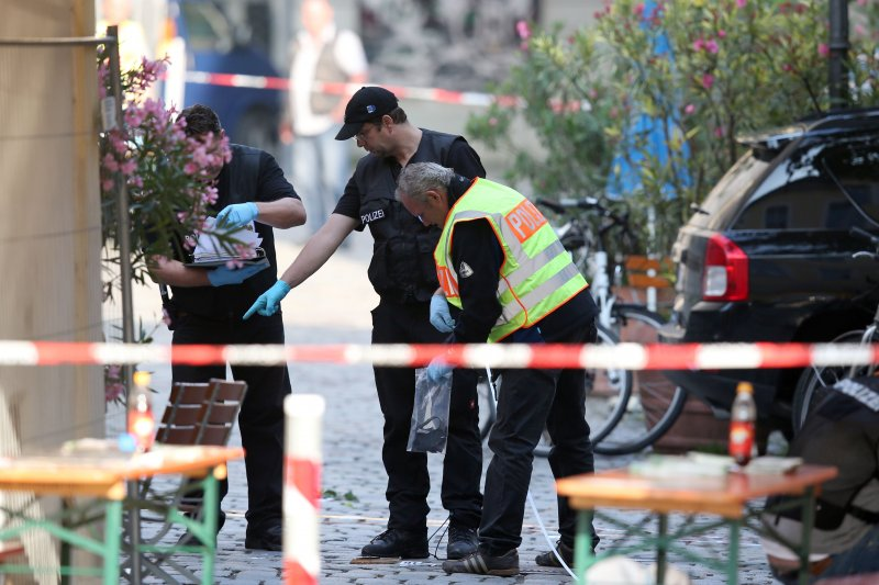 德國安斯巴赫爆炸案發生後,警方人員在附近蒐證。(美聯社)