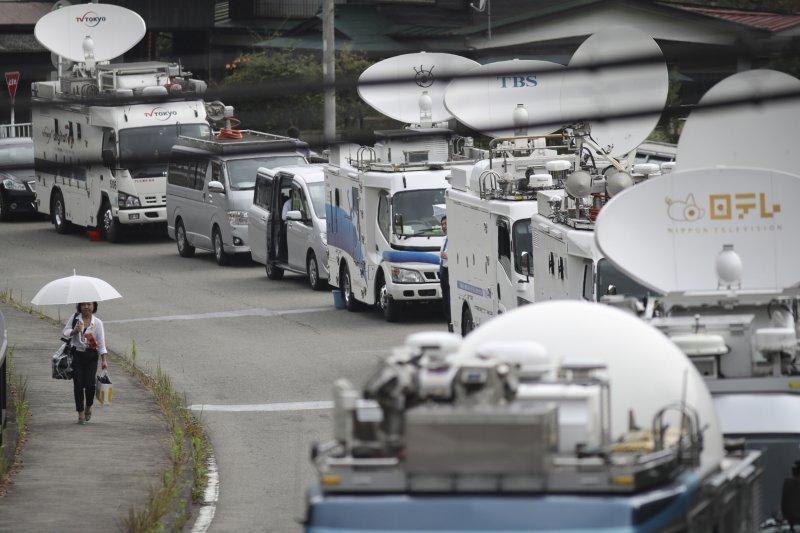 大批日本媒體在「津久井山百合園」外聚集,隨時準備報導最新消息。(美聯社)