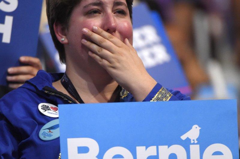 桑德斯(Bernie Sanders)支持者不捨落淚(美聯社)