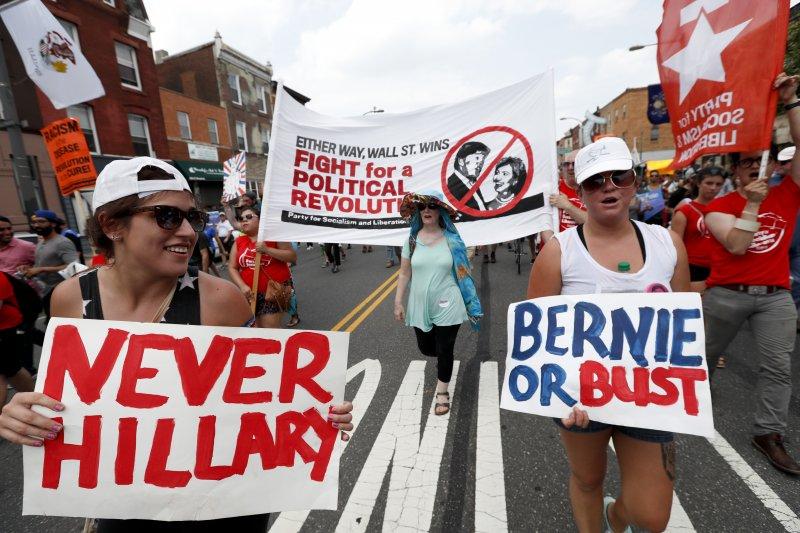 桑德斯的支持者在費城遊行抗議(美聯社)