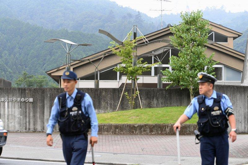日本神奈川縣一處照顧身心障礙者的「津久井山百合園」26日凌晨遭人持刀侵入,警方獲通報後趕往現場,但已造成19人死亡、26人受傷的慘劇。(美聯社)